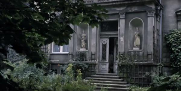"""Sopocka Willa Bergera jest kluczową przestrzenią """"Medium"""". Mistyczny i mroczny budynek pojawiał się jednak w filmie jedynie od strony fasady i ogrodu. Wnętrza """"odgrywała"""" już inna sopocka willa przy ulicy Andersa."""
