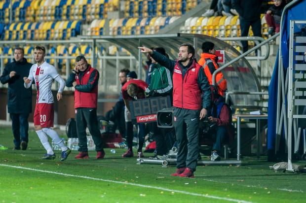 Marcin Dorna (z prawej) widzi w młodzieżowej reprezentacji Polski również piłkarzy, którzy grają lub grali w trójmiejskich klubach, jak na przykład Dariusza Formellę (nr 20).