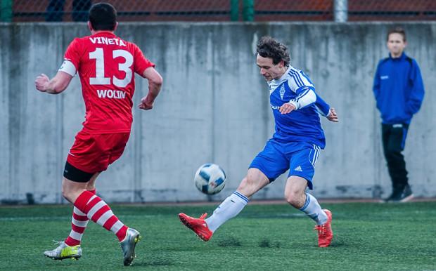 Czteroletnia przygoda Tomasza Piekarskiego (dośrodkowuje) z Bałtykiem Gdynia dobiegła końca. Jego koledzy w przyszłym sezonie ponownie powalczą w III lidze i ponownie jednym z ich rywali będzie Vineta Wolin.
