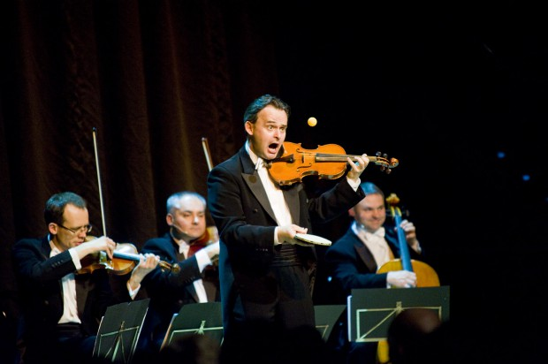 Grupa MoCarta od dwóch dekad pokazuje, że muzyka klasyczna nie tylko nie jest nudna, ale potrafi rozbawić każdego do łez. W czwartek 2 lipca nietuzinkowy kwartet będzie świętował swój jubileusz wraz z publicznością Euro Chamber Music Festivalu.