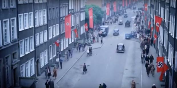 """Akcja """"Medium"""" rozgrywa się w 1933 roku, a więc tuż po dojściu Hitlera do władzy. Szerzący się w Gdańsku nazizm znacznie zagęszcza dodatkowo klimat filmowej opowieści."""