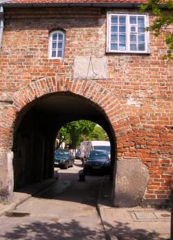 Przez dekady za biura rady gminy służył tzw. Dom Zarazy. Budynek istnieje do dziś, choć w 1904 r. pojawił się pomysł zburzenia go.