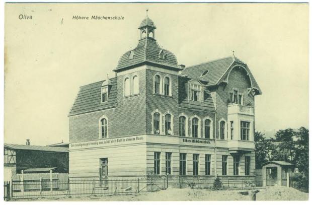 Budynek szkoły dla dziewcząt w Oliwie, w latach 1910-26 pełniący funkcję ratusza. Fotografia ze zbiorów Piotra Leżyńskiego.