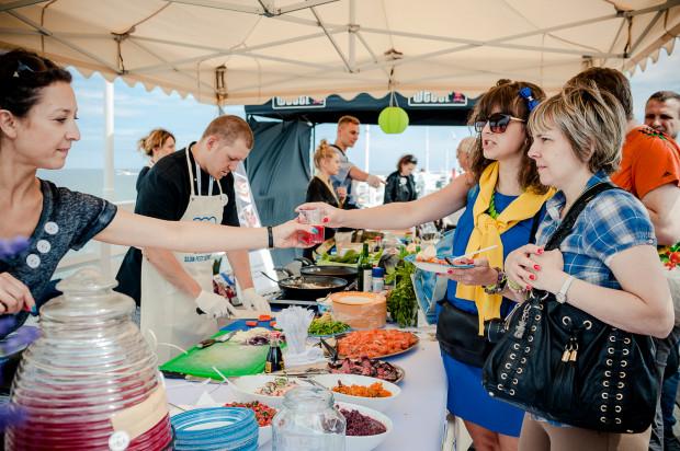 Slow Fest Sopot to dla łasuchów przede wszystkim okazja do degustacji potraw wykreowanych przez największych artystów w swoim fachu (koszt karnetu upoważniającego do degustacji 6 potraw wynosi 30 zł, osoby nie posiadające Karty Sopockiej zapłacą również za wstęp na molo).