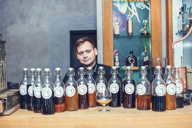 Damian Godek - barman i drugi sommelier w restauracji Metamorfoza. To on przygotowuje serwowane tu nalewki.