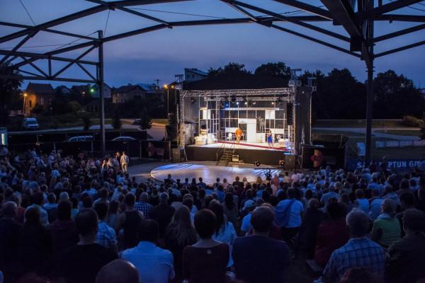 Teatr Wybrzeże już po raz ósmy zaprasza widzów do Parku Kulturowego Faktoria w Pruszczu Gdańskim na bezpłatne pokazy spektakli Teatru Wybrzeże. Zaplanowano je na wszystkie letnie soboty do 20 sierpnia, o godz. 21.