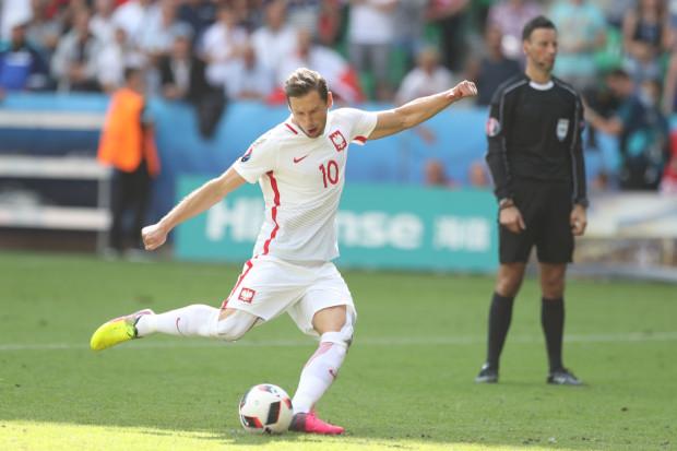 Grzegorz Krychowiak strzela karnego, który zapewnił Polsce awans do ćwierćfinałów mistrzostw Europy.