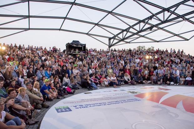 Komplety lub nadkomplety publiczności to stały obrazek na Scenie Letniej Teatru Wybrzeże. I raczej się to nie zmieni, bo od ubiegłego roku scenę i widzów osłania dach.
