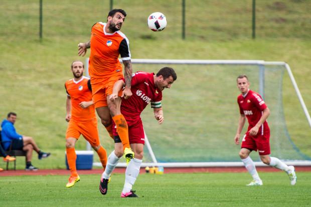 W pierwszym letnik sparingu Lechia zagrała z Apoelem Nikozja. Jako kapitan gdańskich piłkarzy do gry przeciwko mistrzowi Cypru wyprowadził Piotr Wiśniewski (na zdjęciu).