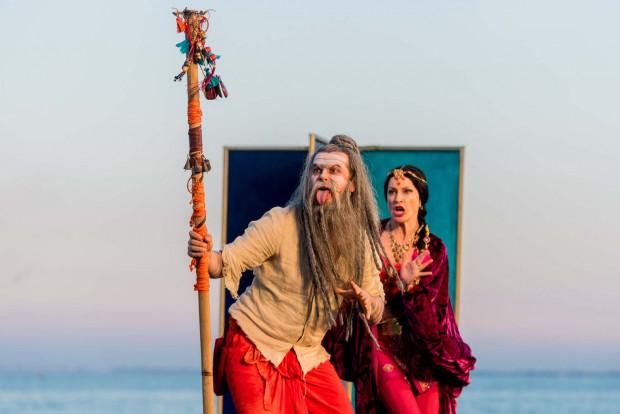 Najzabawniejszą postacią spektaklu jest ekscentryczny szaman San-Dau, grany przez Szymona Sędrowskiego.