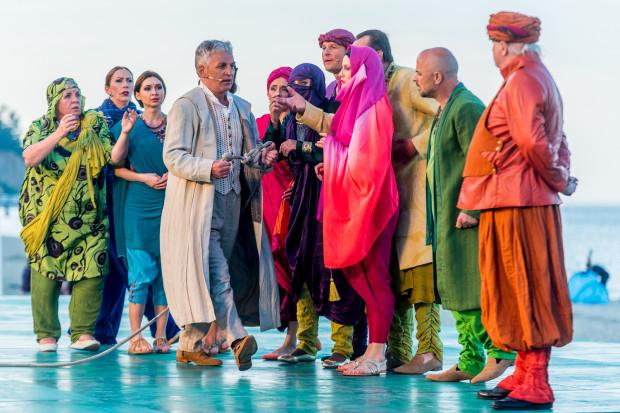 Bardzo efektowne, nawiązujące tematycznie do Bliskiego Wschodu kostiumy, przygotowała Hanna Szymczak.