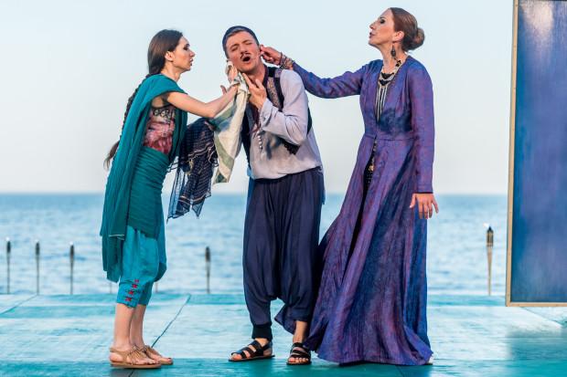 Dromio z Efezu (Maciej Wizner) ma wielką łatwość wpadania w tarapaty, a przy tym wiele wdzięku, niedocenianego przez żonę jego pana Adrianę (Olga Barbara Długońska, po prawej) i jego wybrankę Łucję (Marta Kadłub).