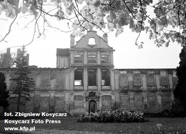 Zniszczony budynek Pałacu Opatów po wojnie. Zdjęcie wykonane w 1956 r.