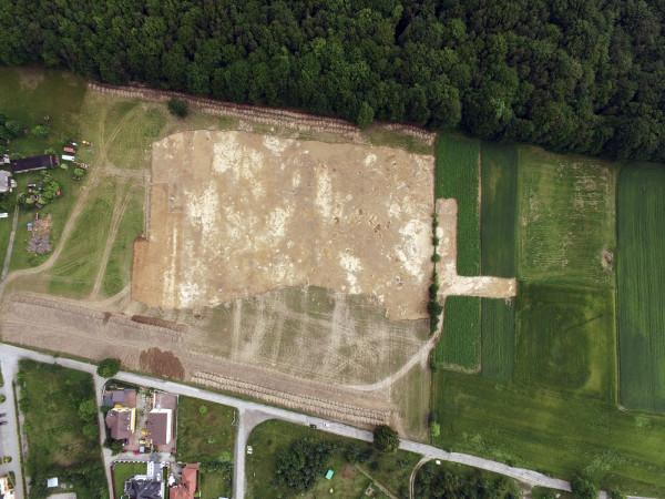 Miejsce wykopalisk archeologicznych na Wiczlinie z lotu ptaka.