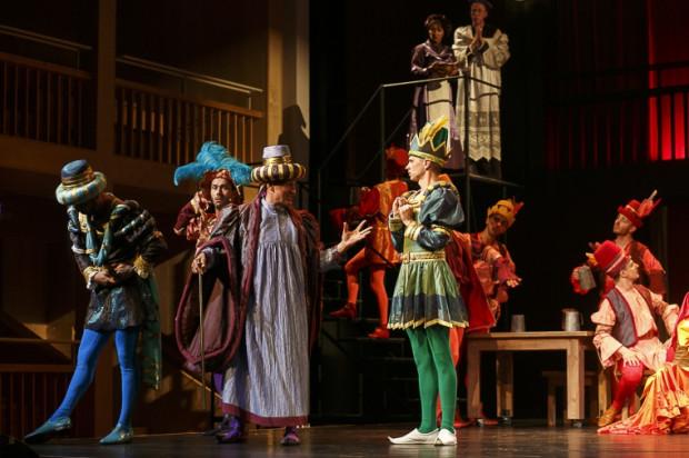 """Bardzo dobre wrażenie robią efektowne kostiumy Jerzego Rudzkiego, szczególnie podczas inscenizowania """"Poskromienia złośnicy"""" przez teatr Freda Grahama."""