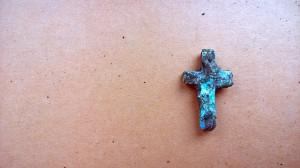 Maleńki krzyżyk z blachy aluminiowej wykonany przez więźniów Stutthofu. Znaleziono go podczas poszukiwań na terenie, który niegdyś zajmował obóz.