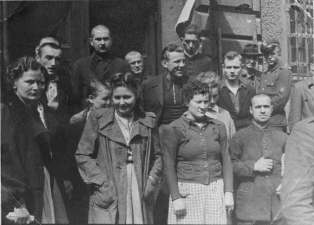 Jedno z najciekawszych, przypadkiem odnalezionych zdjęć oprawców z niemieckiego obozu koncentracyjnego Stutthof. Prawdopodobnie zrobiono je 24 maja w Gdańsku, gdy podsądni wyjeżdżali na wizję lokalną do obozu. Na zdjęciu stoją w drugim rzędzie od lewej, m.in.: Jan Breit, Wacław Kozłowski, Jan Preiss. W pierwszym rzędzie od lewej stoją nadzorczynie z obozu: Gerda Steinhoff, Jenny Wanda Barkmann, Ewa Paradies oraz SS-oberscharfuhrer Johann Pauls.