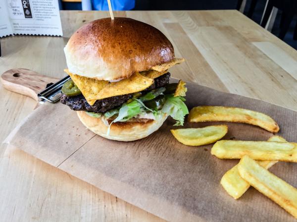 Kanapka z jalapeno i nachosami w Stacji Burger bardzo pozytywnie zaskoczyła.