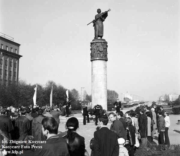 Pomnik Braterstwa Polsko-Radzieckiego, zwany potocznie Nataszą, stał na skwerze Kościuszki w Gdyni. Zdjęcie wykonano w latach 60.