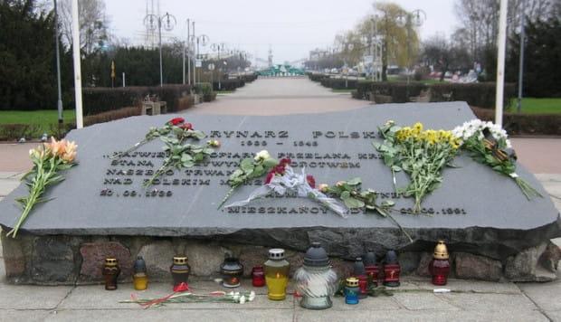 Płyta ku czci Marynarza Polskiego spoczywa na tym samym postumencie, na którym stał pomnik Braterstwa Polsko-Radzieckiego.