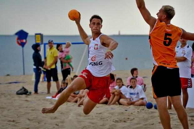 Mateusz Orłowski (na zdjęciu) wraz z reprezentacją Polski uczestniczył w mistrzostwach Europy w 2015 roku. Nam opowiedział o różnicy pomiędzy halową a plażową odmianą piłki ręcznej.