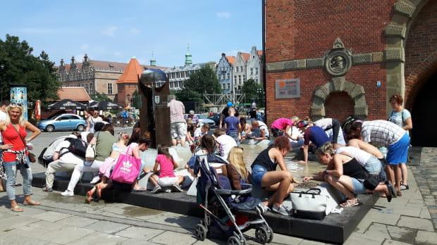W poniedziałek fontanna była oblegana przez przechodniów.