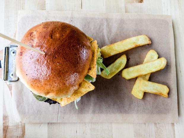 Do burgera w Burger Stacji dodają gratis kilka frytek.