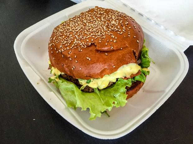 Ogromny burger w Burgermanii. Dla największych miłośników bułki z wołowym kotletem.