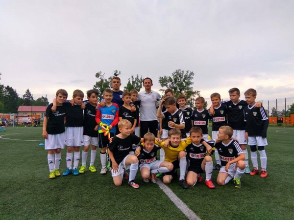 Od nowego sezonu w Jaguarze Gdańsk trenować będzie ponad 400 chłopców, prawie dwukrotnie więcej niż do tej pory. To efekt przejęcia młodych piłkarzy od APLG, które teraz ograniczy się do nadzoru nad szkoleniem sygnowanym przez Grupę Lotos.
