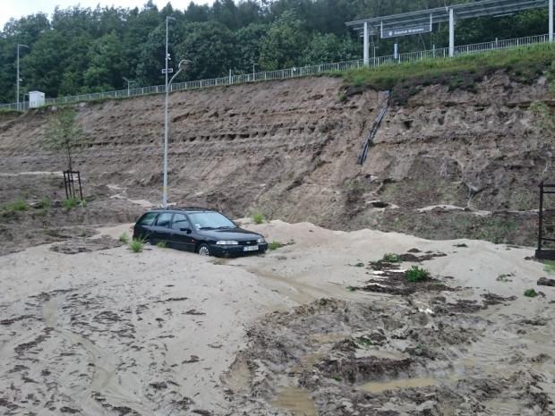Uszkodzony nasyp kolejowy PKM w Brętowie.