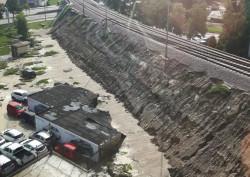 Ziemia z nasypu kolejowego PKM osunęła się na parking dealera.