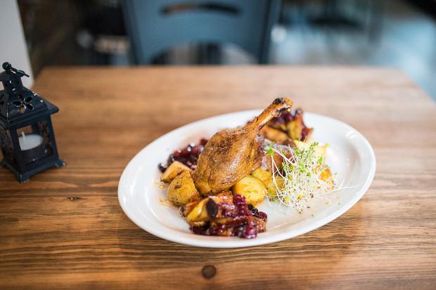 Kaczka pieczona w piecu węglowym - flagowe danie w Bagażowni serwującej potrawy kuchni polskich Żydów.