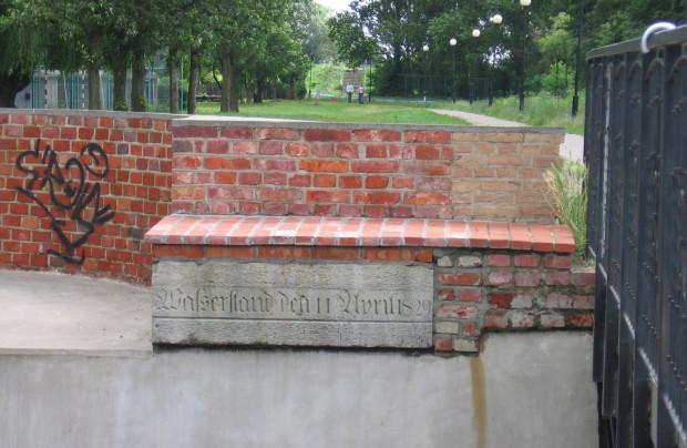 Tablica umieszczona na Kamiennej Śluzie na Dolnym Mieście, upamiętniająca stan wody podczas powodzi z kwietnia 1829 roku.