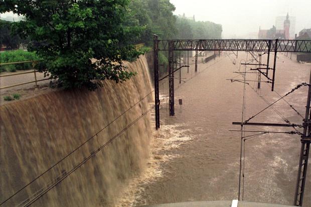 Podczas powodzi w lipcu 2001 roku, ucierpiały dzielnice leżące wzdłuż Kanału Raduni i Potoku Strzyża. Na zdjęciu uwieczniono zalane okolice Dworca Głównego w Gdańsku. Fotograf wykonał je stojąc na wiadukcie Hucisko.