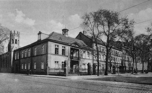 Tak wyglądał dom Uphagenów zaadaptowany na pomieszczenia szpitalne. Widok od strony skrzyżowania ulic Kieturakisa, Śluza i Wróblej.