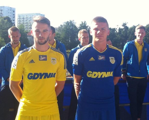 Tak wyglądają stroje Arki na ekstraklasę. Prezentują je piłkarze Centralnej Ligi Juniorów: Jakub Kłosowski i  Karol Siejak.