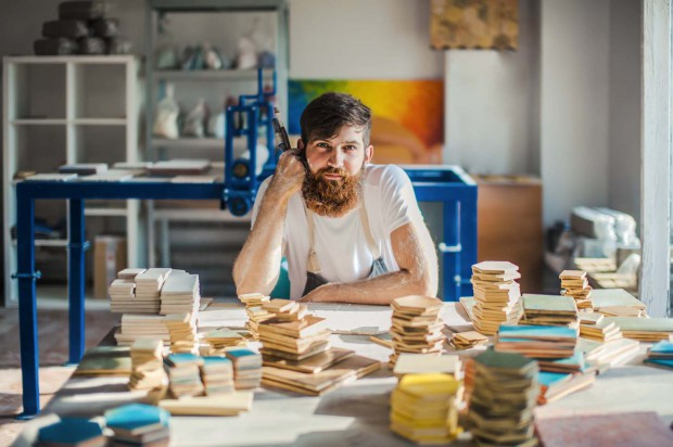 Aleksander Gavlas, twórca kafloteki w swojej pracowni, w Nowym Porcie.