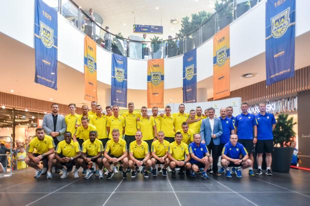 Kibice Arki Gdynia mają co świętować - po pięciu latach ich drużyna powróciła do ekstraklasy i w najbliższy piątek stoczy pojedynek z Wisłą Kraków.