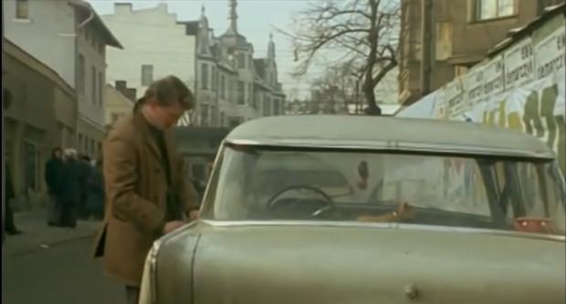 """Por. Borewicz wsiada do auta zaparkowanego na słynnym """"Monciaku"""". W tym samym odcinku widać również część ulicy od strony kościoła św. Jerzego."""