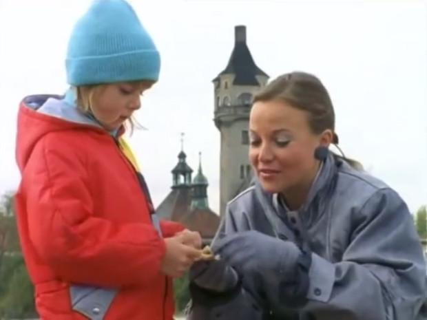 """Laura Łącz w odcinku """"Przerwany urlop"""", a w tle m.in. Latarnia Morska w Sopocie."""