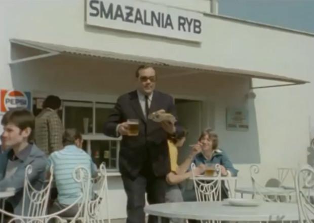 """Por. Zubek (Zdzisław Kozień) przed jedną ze smażalni przy sopockim deptaku. Scena z 1978 roku wykorzystana w odc. pt. """"Dlaczego pan zabił moją mamę?""""."""