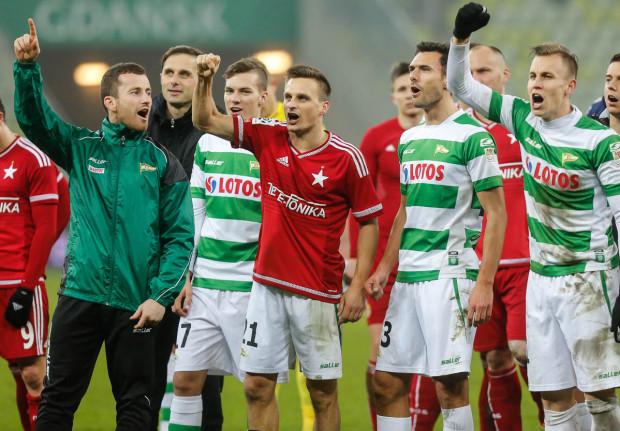 Piłkarzom Lechii przyjaźń pomiędzy ich kibicami a sympatykami Wisły Kraków udzielała się po meczach. Sławomir Peszko (w środku) ubiegłoroczne zwycięstwo nad krakowianami świętował w stroju rywali. Od tego czasu stosunki pomiędzy fanami obu ekip, przynajmniej oficjalnie, uległy jednak ochłodzeniu.