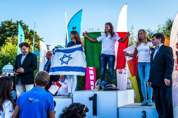 Lidia Sulikowska (na trzecim stopniu podium) na swoim terenie wywalczyła brązowy medal mistrzostw Europy U-17 w klasie Techno 293.