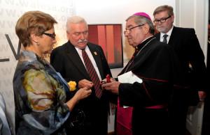 Wśród VIP-ów otrzymujących prezenty od gdańskich urzędników była Danuta Wałęsa (z okazji imienin) oraz abp. Sławoj Leszek Głódź (z okazji urodzin).