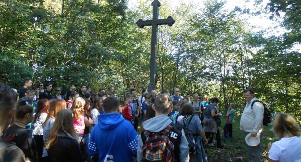 Spacer po Kępie Oksywskiej. Oddanie hołdu poległym obrońcom 1939 r. przy krzyżu na cmentarzu Marynarki Wojennej.