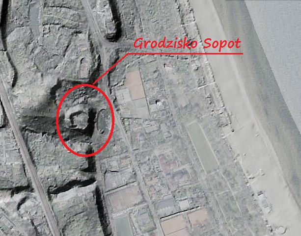 Tak oto ujawniają tę lokalizację zdjęcia lidarowe, zdejmujące szatę roślinną i budynki z opisywanego miejsca.