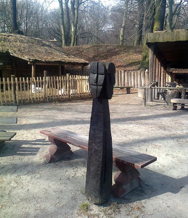 Na dziedzińcu zrekonstruowanego grodziska stroi posąg Swarożyca, słowiańskiego bóstwa.