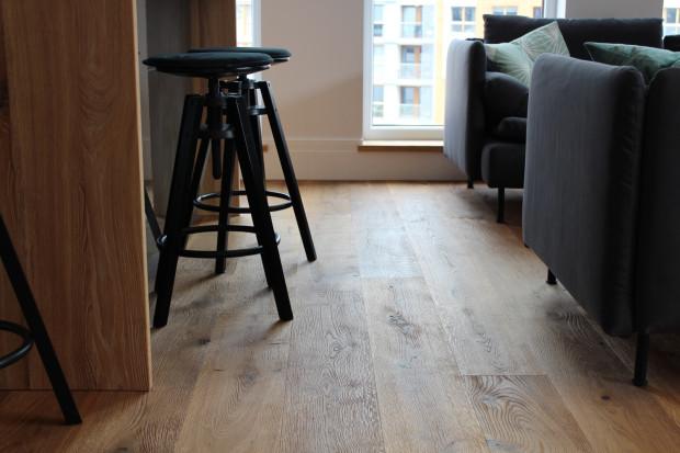 W zależności od tego, jaki chcemy uzyskać efekt, możemy użyć różnych rodzajów drewna. Ciekawym rozwiązaniem jest dąb szczotkowany - drewno wygląda naprawdę naturalnie.