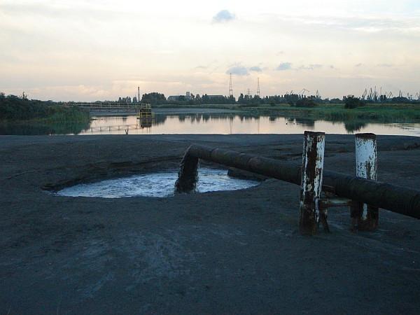 Rurociąg, który doprowadzał popioły zmieszane z wodą do jeziora Zaspa. Zdjęcie pochodzi z 2007 roku.