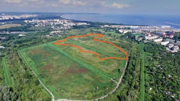 Przybliżony obszar jeziora Zaspa oznaczony na współczesnym zdjęciu. Widok w stronę Zatoki Gdańskiej.